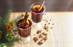Weihnachtsglühwein mit Zimt und Orange lizenzfreie stockfotografie