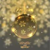 Weihnachtsglaskugel auf unscharfem Hintergrund mit Schneeflocken, Stockfoto