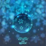 Weihnachtsglaskugel auf unscharfem Hintergrund mit Schneeflocken, Stockbilder