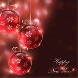 Weihnachtsglaskugeln auf dem undeutlichen Hintergrund mit Lichtern, Stockfotos