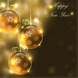 Weihnachtsglaskugeln auf dem undeutlichen Hintergrund mit Lichtern Lizenzfreie Stockfotos