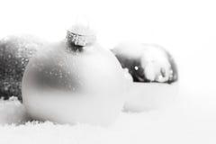 Weihnachtsglaskugeln auf Schnee, Winterhintergrund Stockfoto