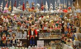 Weihnachtsglasverzierungsverkauf auf Weihnachtsmarkt Stockbild