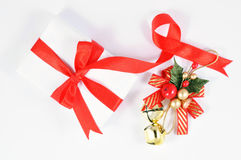 Weihnachtsglocke und -geschenk Stockfotografie