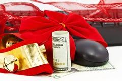 Weihnachtsglocken, amerikanisches Geld, Tastatur und Maus Lizenzfreie Stockfotos