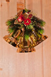 Weihnachtsglocken auf einem hölzernen Hintergrund Lizenzfreies Stockbild