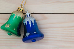 Weihnachtsglocken auf hölzernem Hintergrund Lizenzfreies Stockbild
