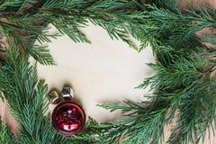 Weihnachtsglocken auf hartem hölzernem Hintergrund mit grünem Kreisrahmen Stockfoto