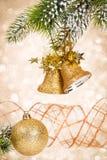 Weihnachtsglocken gegen Leuchten stockfoto