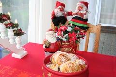 Weihnachtsgnomen und -brötchen mit Safran Stockfotografie