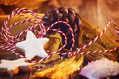 Weihnachtsgoldene Dekoration mit Zimtstern und -lebkuchen lizenzfreie stockfotos