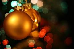 Weihnachtsgoldene Kugelkarte Stockfotos