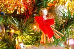 Weihnachtsgoldene Lichter und Weihnachtsbälle und Dekoration detai Lizenzfreies Stockbild