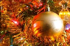 Weihnachtsgoldene Lichter und Weihnachtsbälle und Dekoration detai Lizenzfreie Stockfotografie