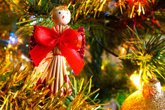 Weihnachtsgoldene Lichter und Weihnachtsbälle und Dekoration detai Stockfotos