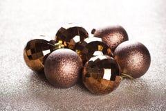 Weihnachtsgoldene und braune Dekorationen stockbilder