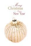 Weihnachtsgoldener Ball lokalisiert auf weißem Hintergrund, festlicher Dezember Lizenzfreie Stockfotos