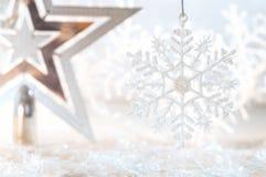 Weihnachtsgoldener Stern und -schneeflocke auf einem schönen Hintergrund Abstraktes Hintergrundmuster der weißen Sterne auf dunke Lizenzfreie Stockbilder