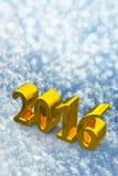 Weihnachtsgoldener Text des neuen Jahr-2016 auf dem Schnee Lizenzfreie Stockfotografie