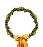Weihnachtsgoldkranz lokalisiert über weißem Hintergrund Lizenzfreie Stockfotos