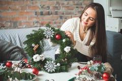 Weihnachtsgrün Kranz in Florist ` s Arbeitsplatz lizenzfreie stockfotos