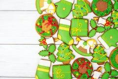 Weihnachtsgrüne Lebkuchenplätzchen auf hölzernem Hintergrund Lizenzfreies Stockbild