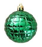 Weihnachtsgrüner Ball lokalisiert auf weißem Hintergrund mit Ausschnitt Lizenzfreie Stockfotografie