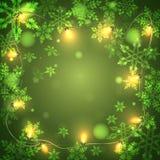 Weihnachtsgrüner Hintergrund mit hellen Girlanden und Schneeflocken, Lizenzfreie Stockfotos