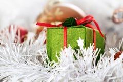 Weihnachtsgrüner Kasten und -kugeln Stockbild