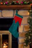 Weihnachtsgrüner Strumpf, der am Kamin hängt Stockfoto