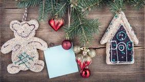 Weihnachtsgrüner Tannenbaum mit Spielwaren auf einem hölzernen Brett. Hintergrund des neuen Jahres Lizenzfreies Stockfoto