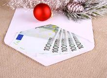 Weihnachtsgratifikation als Euro fünfhundert im Umschlag und im Dekor Stockbilder