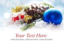 Weihnachtsgrenzdekorationen auf blauem undeutlichem hellem Hintergrund Lizenzfreies Stockfoto
