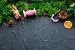Weihnachtsgrenze auf schwarzem Hintergrund stockbilder