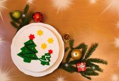 Weihnachtsgrenze gemacht von den Tannenzweigen, vom Weihnachtskuchen und von den Dekorationen lizenzfreies stockbild