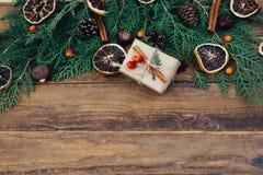 Weihnachtsgrenze mit Geschenk Stockfotografie