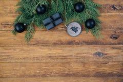 Weihnachtsgrenze mit Geschenk und Dekorationen Stockfotografie