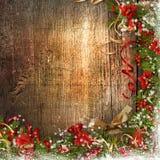 Weihnachtsgrenze mit Glocke, Stechpalme, Poinsettia auf Holz Lizenzfreie Stockbilder