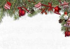 Weihnachtsgrenze mit Nussknacker, Tanne und gemütlichen Dekorationen auf wh Lizenzfreies Stockfoto
