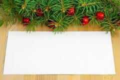 Weihnachtsgrenze mit roten Beeren und Spielwaren Lizenzfreies Stockbild