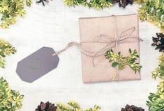 Weihnachtsgrenze verzierte Blumen- und Kegel Geschenk, anwesendes wrappe Stockfoto