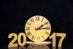 Weihnachtsgroße goldene Uhr auf schwarzem Luxushintergrund Mit Kopienraum Zahlen neuen Jahres 2017 Lizenzfreies Stockbild