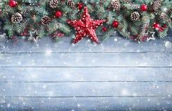 Weihnachtsgruß-Karte - Tannenzweig und Dekoration auf Snowy Stockbild