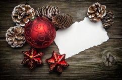 Weihnachtsgrußkarte auf die hölzerne Oberseite Lizenzfreie Stockbilder