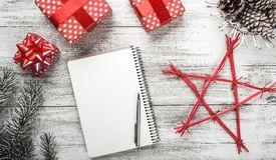 Weihnachtsgrußkarte für geliebte, Raum für eine nette weiße Textnachricht, moderne handgemachte Geschenke Stockfoto