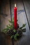 Weihnachtsgrußkarte mit einer roten Kerze Stockfotos