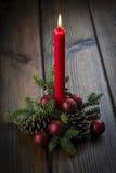 Weihnachtsgrußkarte mit einer roten Kerze Lizenzfreie Stockfotografie