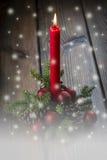 Weihnachtsgrußkarte mit einer roten Kerze Stockfoto