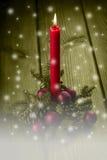 Weihnachtsgrußkarte mit einer roten Kerze Lizenzfreies Stockfoto