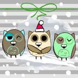 Weihnachtsgrußkarte mit Eulen auf einem Grau Stockfotos